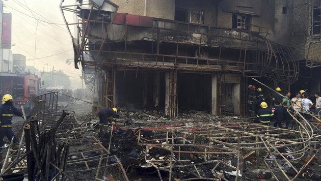 Aufräumarbeiten nach dem Anschlag in dem belebten Einkaufsviertel (Bild: ASSOCIATED PRESS)