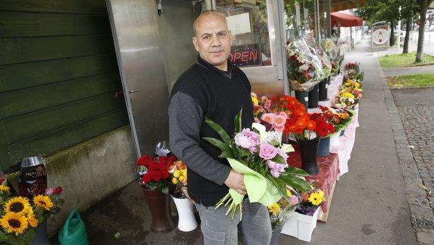 Blumenhändler Aeiman (47) flüchtete sich in ein nahes Café. (Bild: Martin A. Jöchl)