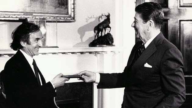 Wiesel übte Kritik an US-Präsident Ronald Reagan wegen dessen Friedhofbesuchs im deutschen Bitburg. (Bild: APA/AFP/RICHARD WELLS)