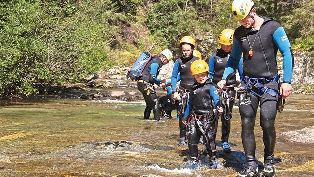 Unter Anleitung des Canyoningführers geht es ins Wasser. (Bild: Hannes Wallner)