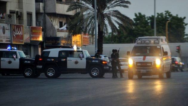 Sicherheitskräfte vor dem US-Konsulat in Dschidda nach dem Selbstmordanschlag (Bild: APA/AFP/STRINGER)