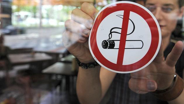 Auch Gastronomen als Rauchersheriffs unterwegs (Bild: dpa/Armin Weigel)