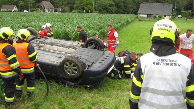 Helfer beim Rettungseinsatz (Bild: APA/FF DEUTSCHFEISTRITZ)
