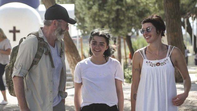 Liam Cunningham, Maisie Williams und Lena Headey beim Besuch eines Flüchtlingscamps in Griechenland (Bild: Tara Todras-Whitehill/IRC)