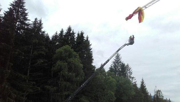 Mit einer Drehleiter retteten die Feuerwehrleute den 21-Jährigen vom Baukran. (Bild: FF Hollersbach)