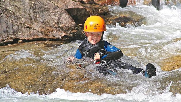 Mit Neoprenanzug und gut gesichert ins Wasser: Niclas ist begeistert. (Bild: Hannes Wallner)