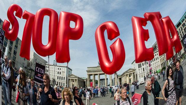 Umstrittener CETA-Pakt: EU muss klein beigeben (Bild: EPA)