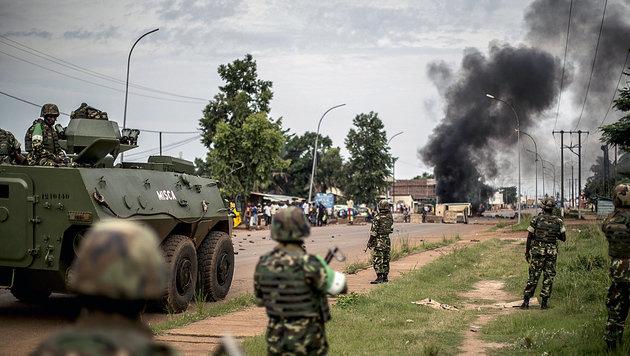 Friedenssoldaten aus Burundi in der Zentralafrikanischen Republik während der Unruhen im Jahr 2014 (Bild: MARCO LONGARI/AFP/picturedesk.com)