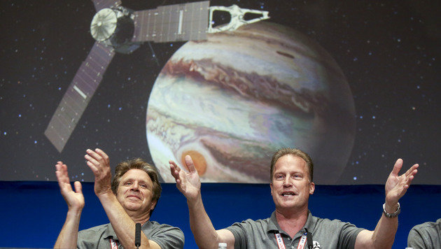 """Applaus für """"Juno"""" in der NASA-Zentrale (Bild: ASSOCIATED PRESS)"""