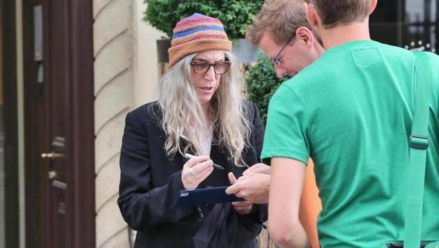 Die Punk-Ikone beim Autogrammeschreiben: Patti Smith (Bild: Starpix/A. Tuma/SPY)