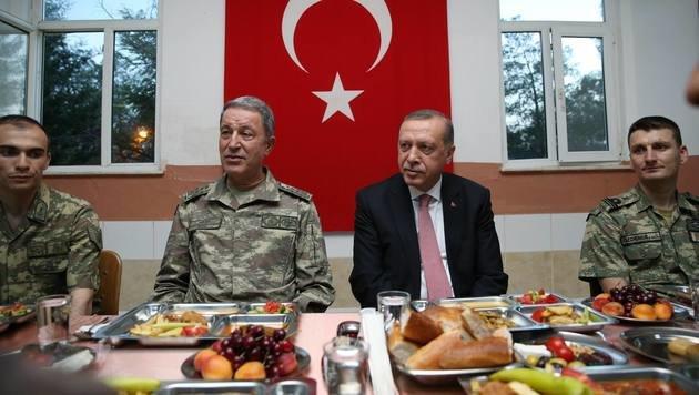 Präsident Erdogan beim Fastenbrechen mit Soldaten in der südosttürkischen Stadt Mardin (Bild: APA/AFP/TURKISH PRESIDENTIAL PRESS OFFICE)