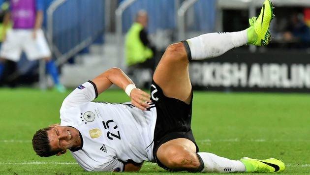Mario Gomez verletzt sich im Viertelfinale gegen Italien. (Bild: APA/AFP/GEORGES GOBET)