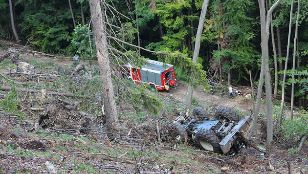 Traktorlenker 80 Meter abgestürzt - Lebensgefahr (Bild: BFK Baden/Joachim Zagler)