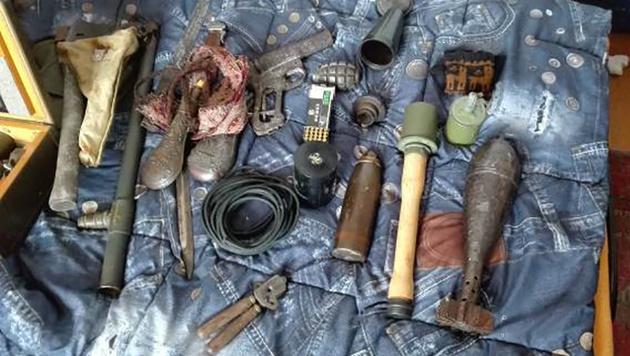 Die Beamten fanden Sprengstoff, Granaten, Kriegsgerät, Messer usw. (Bild: APA/LPD WIEN)