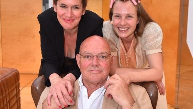 Wolfgang Böck mit seinen beiden Bühnenkolleginnen Marie-Therese Futterknecht und Anna Kramer (Bild: Andreas Tischler)