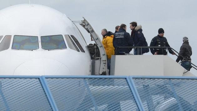 D: Abschiebung von 3 Männern kostete 125.000 Euro (Bild: APA/dpa/Patrick Seeger (Symbolbild))