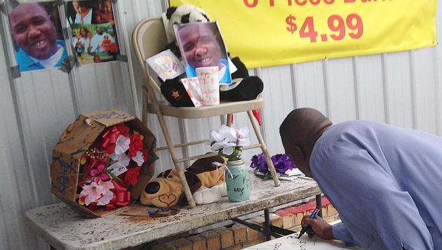 Nachbarn trauern um Alton Sterling. (Bild: AP)