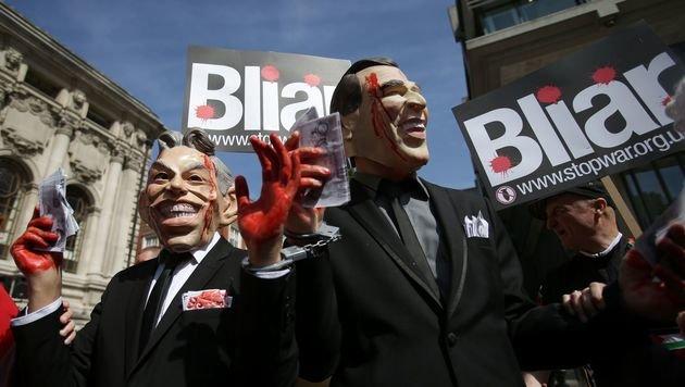 Vor dem Sitzungssaal demonstrierten Gegner des Irakkriegs. (Bild: AFP)