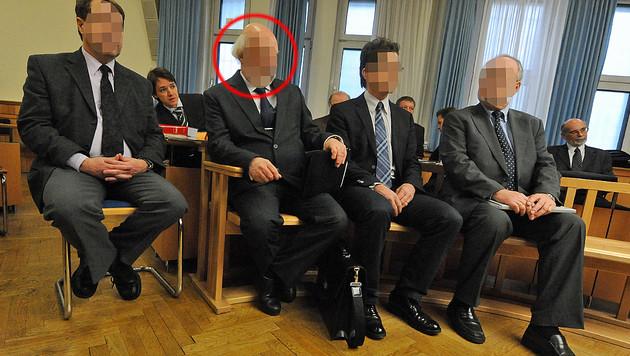 """Wolfgang A. (2.v.l.) als Angeklagter in der Schmiergeldaffäre um die """"Patria""""-Panzer (Bild: APA/HERBERT PFARRHOFER)"""