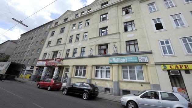 In diesem Haus in der Brigittenau soll der 20-Jährige seinen 23-jährigen Cousin erstochen haben. (Bild: APA/HERBERT PFARRHOFER)