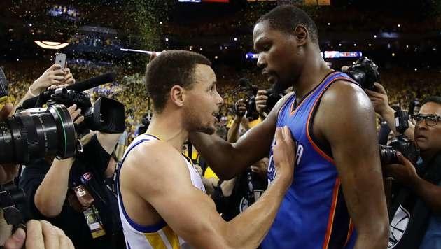 Durant (rechts) im Gespräch mit Neo-Teamkollege Stephen Curry (Bild: APA/AFP/GETTY IMAGES/EZRA SHAW)