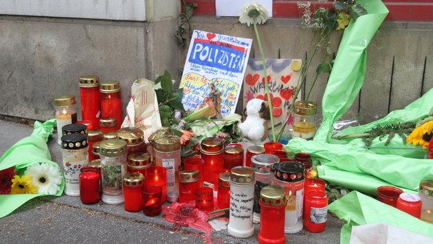 Am Tatort bei der Billa-Filiale wurden Kerzen aufgestellt und Blumen niedergelegt. (Bild: Andi Schiel)