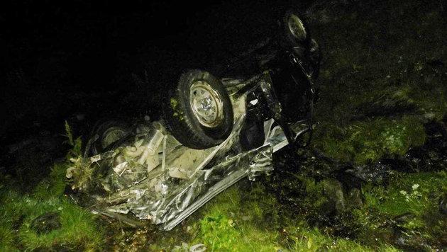 Der Wagen wurde bei dem Unfall völlig zerstört. (Bild: ZOOM-Tirol)