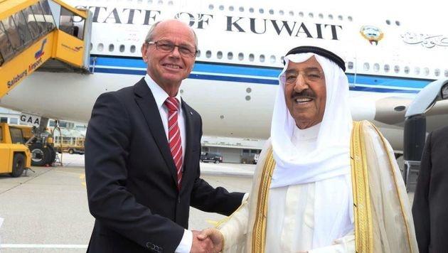 Emir Sabah al-Ahmad al-Dsachabir as-Sabah wurde von Landesvize Christian Stöckl empfangen. (Bild: Alexander Klaus, Salzburg Airport)