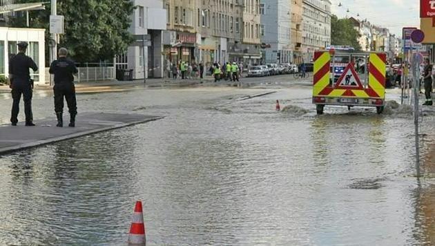 Überflutete Straßen nach Wasserrohrbruch in Wien (Bild: APA/MA 68 LICHTBILDSTELLE)