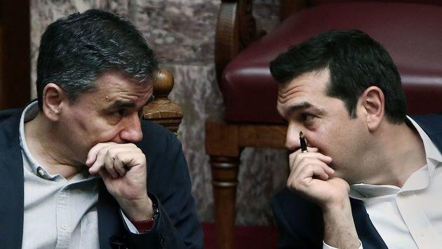 Premier Tsipras und seinem Finanzminister Euklid Tsakalotos fehlen 83 Mrd. Euro an Steuereinnahmen. (Bild: APA/AFP/ANGELOS TZORTZINIS)