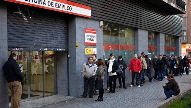 Die Arbeitslosigkeit in Spanien sinkt derzeit, mögliche EU-Strafen könnten den Trend wieder kippen. (Bild: APA/AFP/SEBASTIEN BERDA)