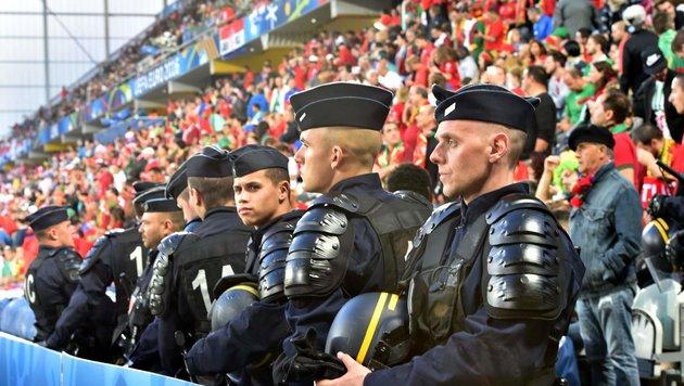 Harte Kritik an Polizei - Sorge vor WM in Russland (Bild: APA/AFP/PHILIPPE HUGUEN)