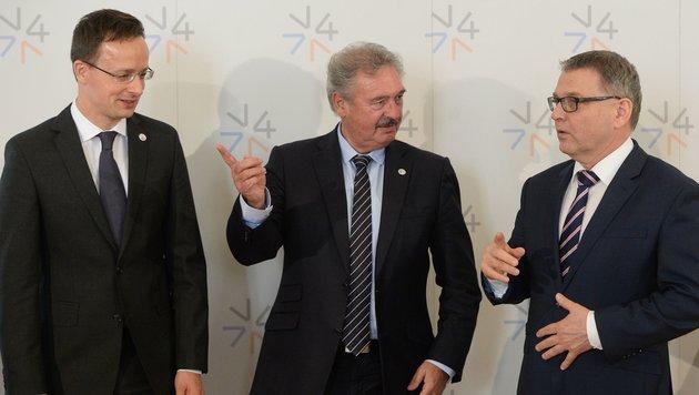 Jean Asselborn (Mitte) mit den Außenministern Ungarns und Tschechiens. (Bild: AFP)