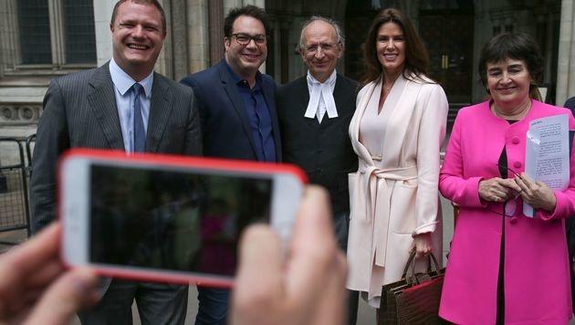 Christina Estrada posierte nach der Gerichtsverhandlung für Fotos. (Bild: APA/AFP/DANIEL LEAL-OLIVAS)