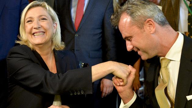 """Hofer mit Marine Le Pen beim """"Patriotischen Frühling"""" - mittlerweile geht er auf Distanz zu ihr. (Bild: APA/HERBERT NEUBAUER)"""