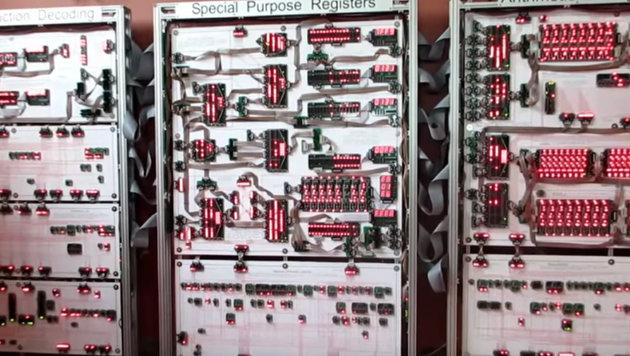 Britischer Tüftler baut 10 Meter langen Prozessor (Bild: YouTube.com/megaprocessor)