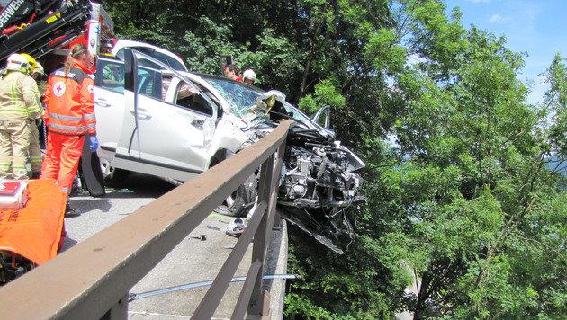 Der 72-Jährige musste minutenlang Todesängste ausstehen. Sein Auto hing über einem steilen Abgrund. (Bild: ZOOM-TIROL)