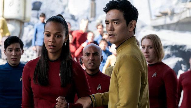 """John Cho als Hikaru Sulu mit Zoe Saldana als Uhura in """"Star Trek Beyond"""" (Bild: Viennareport)"""