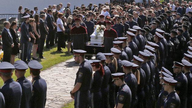Etliche Polizeieinheiten standen bei der Beisetzung in Kärnten Spalier. (Bild: APA/GERT EGGENBERGER)
