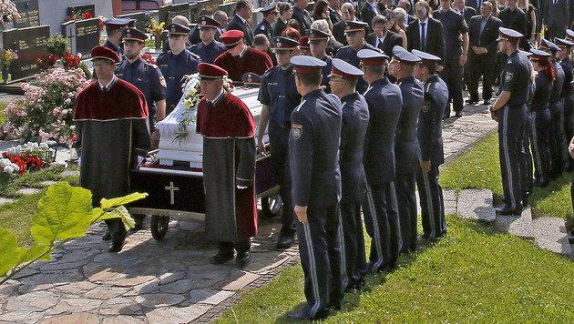 Die Bestattung fand mit allen polizeilichen Ehren statt. (Bild: APA/GERT EGGENBERGER)