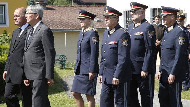 Innenminister Wolfgang Sobotka und LH Peter Kaiser mit ranghohen Polizeibeamten (Bild: APA/GERT EGGENBERGER)