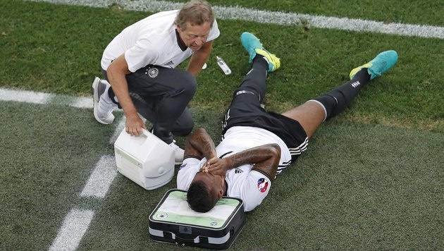 Boateng liegt im Halbfinal-Spiel gegen Frankreich verletzt am Boden. (Bild: ASSOCIATED PRESS)