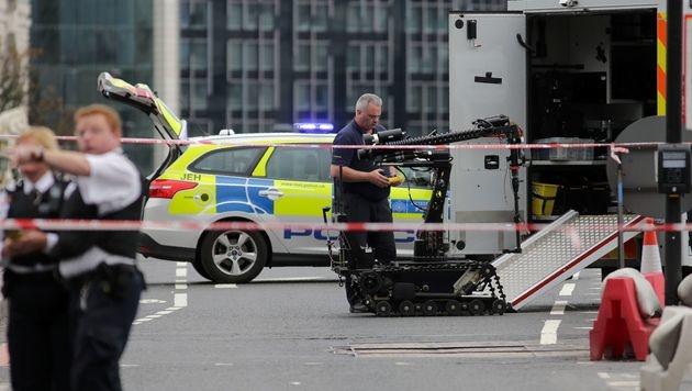 Ein Roboter bei einem Einsatz in London, wo ein verdächtiges Auto auf Sprengstoff untersucht wurde. (Bild: APA/AFP/DANIEL LEAL-OLIVAS)