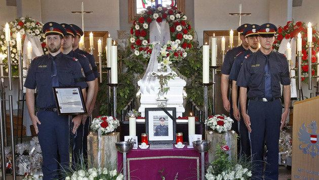 Der Sarg von Daniel S. in der Aufbahrungshalle (Bild: APA/GERT EGGENBERGER)