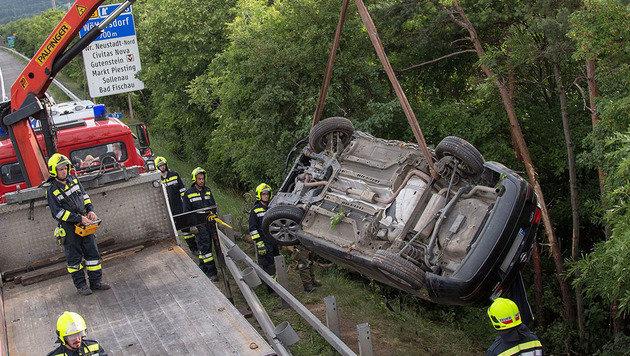 Die Feuerwehr musste das Wrack aus dem Straßengraben hieven. (Bild: APA/BKF BADEN/STEFAN SCHNEIDER)