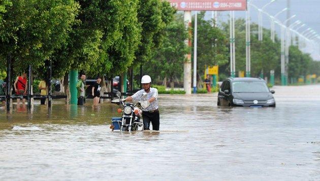 Überflutete Straßen in der Stadt Putian (Bild: APA/AFP/STR)