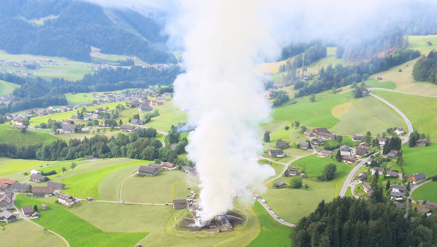 Die Rauchsäule des brennenden Stadels war weithin sichtbar. (Bild: APA/POLIZEI)