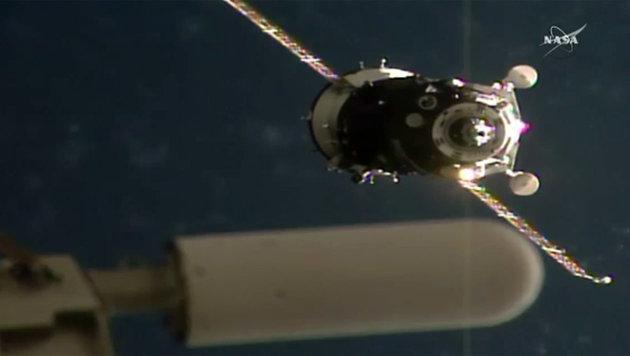 """Die """"Sojus""""-Kapsel kurz vor dem Andocken an der ISS (Bild: NASA TV)"""