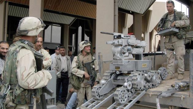 US-Soldaten mit einem Roboter im Irak (2003) (Bild: SABAH ARAR/AFP/picturedesk.com)