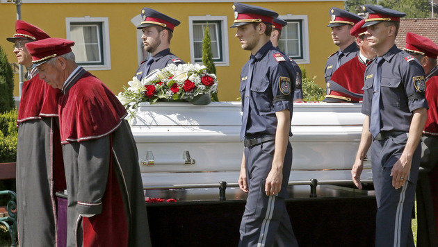 Polizeieskorte für den Sarg (Bild: APA/GERT EGGENBERGER)